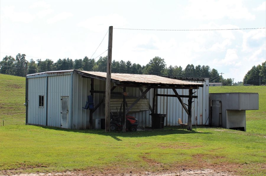 009 the work shop sitting just over from the house